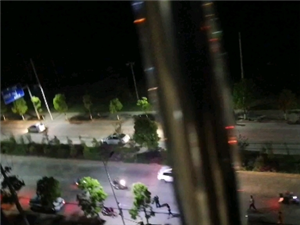 骏亚大道与东流坑大道路口附近有人要跳楼