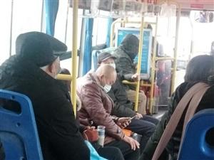 刚刚的20路公交车上,一位老奶奶差点摔倒光头先生一把抓住,上了年纪的老人摔一跤不堪设想,为你的善行点
