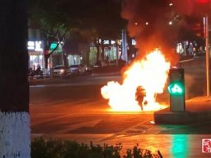 寻乌一摩托车发生自燃,消防紧急出动将其扑灭!