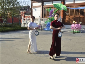 这是在城隍庙拍摄的旗袍秀表演。