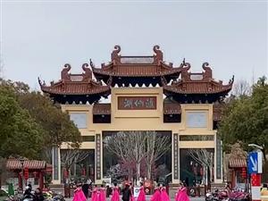 3月8日上午公园大门口美女们在跳舞
