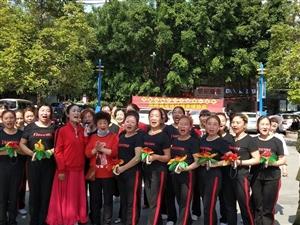 4月30日上午,南部县老体协健身球分会在县城新世纪广场载歌载舞,庆祝中国共产党成立100周年。一首首