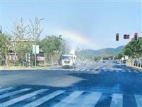 喷雾车在阳光的照射下出现了一个七彩虹!