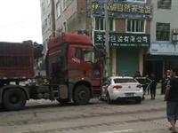 澄江水源路口发生交通事故,开车司机遵守交通,文明行驶!