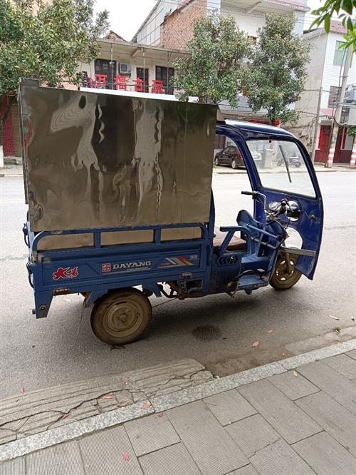 本人有辆三轮车出售,燃油动力,车厢100cm*140cm,已行驶约10000公里,车龄两年,价格美丽...