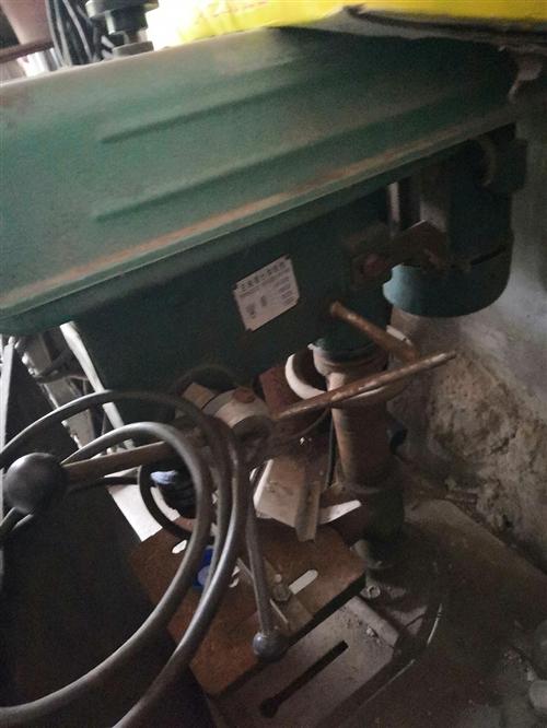 有以前做不锈钢用的台钻,三相电的,一台金锣牌老式焊机,有需要的可底价转售