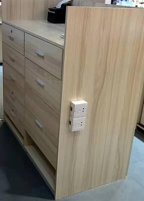现在店面转让后,是做银饰的柜台,上面钢化玻璃,带锁的抽屉,下面是可以移动的柜门,大大小小10个柜台左...