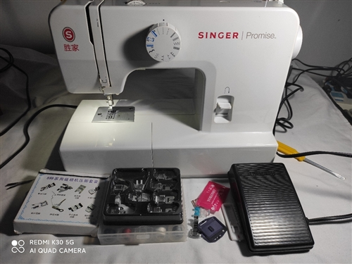 勝家1408家用電動縫紉機,二步式鎖扣眼、手動倒縫、使用方便、不占地方好收納,配件全,九成新,說明書...