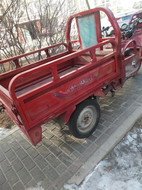 電動三輪車新換的電瓶低價出售,電話18093736420