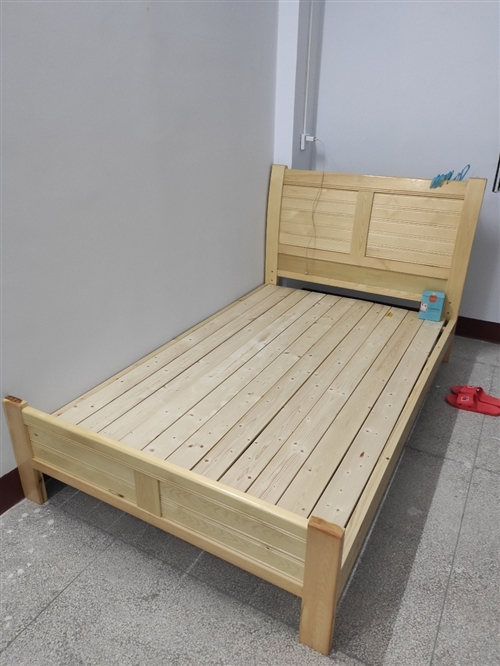 **实木床,1.2m*1.9m。1月31号刚买的,只睡了一晚,个人原因用不上了,没地方放须尽快处理,...