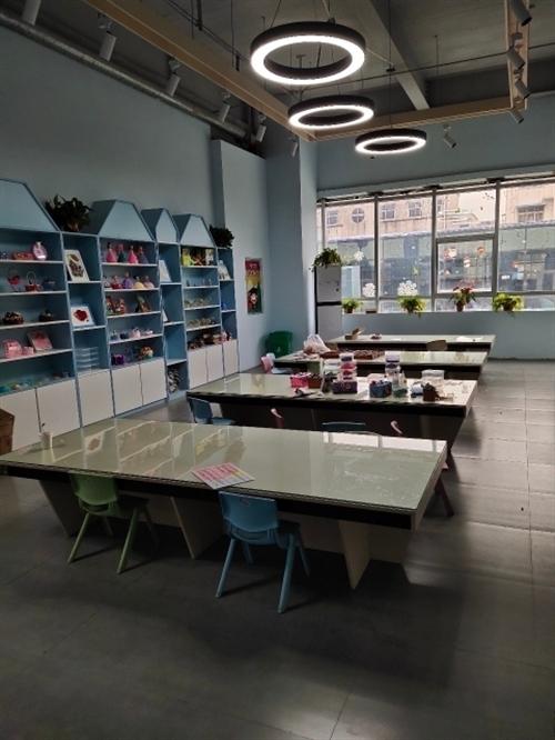 处理3张儿童桌(绘画桌,体验桌)适合画画班,培训机构等用,可坐多个小朋友,桌子全定制(带钢化玻璃)9...