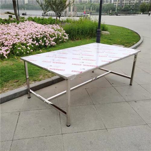 不锈钢平桌,长2.4米宽1.1米高1米,类似于图片上的,还有下层,可放货物,9成新,去年才做的当时是...