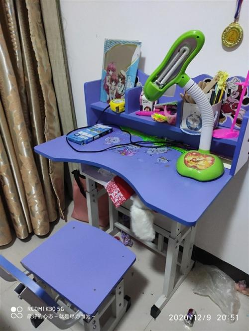 儿童桌椅9成新,凳子可调节高低,用不上了,30元低价转让给有需要的人,桌子在寻乌县城需自提,