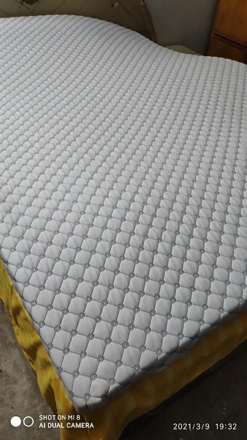 2020年购买的乳胶床垫,7.5厘米厚的软垫,1500*2000的尺寸,现在用不到了,现在出售。