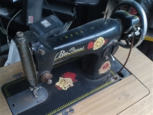 蜜蜂缝纫机,锁边机,缝纫机能正常使用,锁边机不能正常使用了,机子架子全套,缝纫机150元,锁边机10...