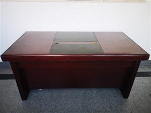 老板办公桌,长160宽80,可用于办公,八九成新,上门看货,需自提,地址中山路12号新龙路口经贸学校...