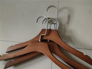出售九成新实木童装衣架,1块一个可以家用,也可以店铺用