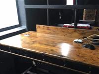 处理实木单人桌80元,双人电脑桌120元,实木布沙发100,实木皮沙发150元,32寸显示屏100元...