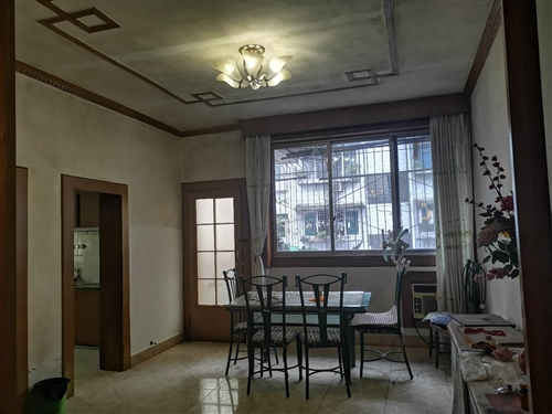一小**房,126平米,3室2厅1卫,简装带家俱家电,有产权,采光好,有小区可停车,售价33万。