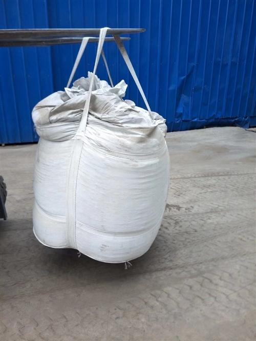 出售二手工业用吨包袋,八成新,无磨损。长宽高各0.9米,可装1吨,袋子下方有放料口。每月可供应400...
