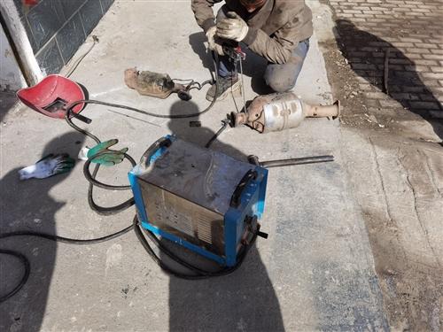 老式纯铜电焊机,电流可调。正常使用中。220和380都可以使用。联系电话13359375551