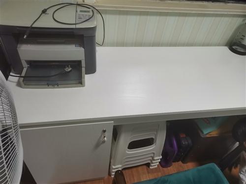 去年兔宝宝免漆板定做的写字桌,两张板就600多,没有任何味道,适合孩子写作业,家里放不下对外出。