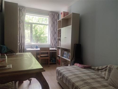 此房精裝修,三室兩廳兩衛,房屋干凈整齊,可拎包入住,小區環境優美