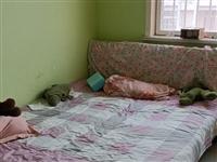 我有一個1.5米床,8成新,帶床墊子。 還有一個沙發150元