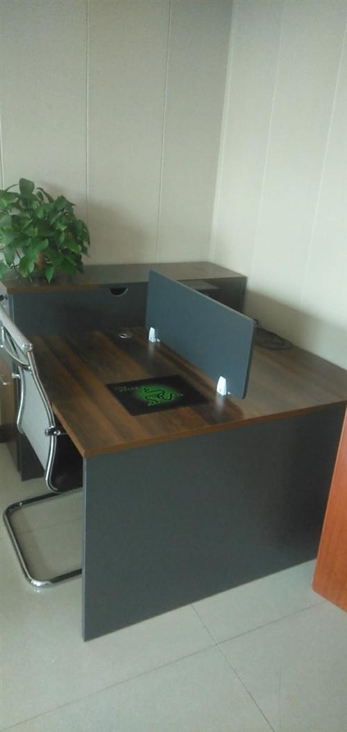 對坐辦公桌兩套1.4米,旁邊帶文件柜的。兩個單人沙發,中間有個夾幾,都是三月份買回來,至今沒用過?,F...