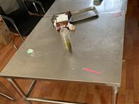 4人位办公桌5张冰柜、凳子、不锈钢桌子若干