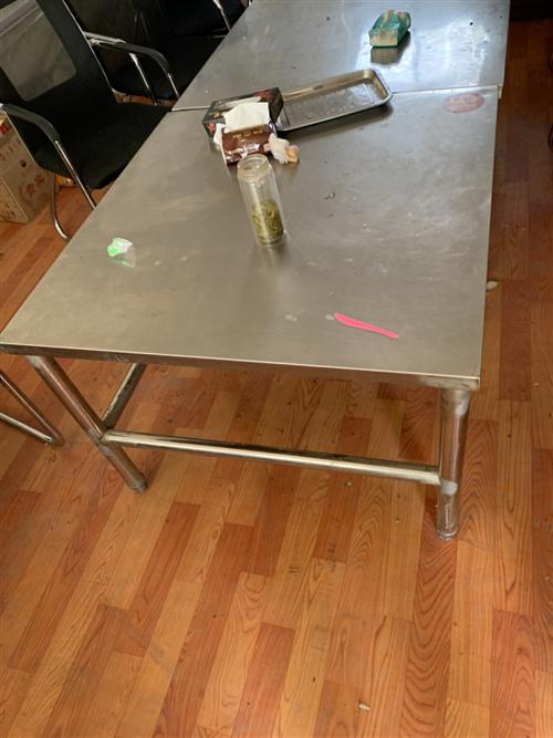 低價出售4人位辦公桌5張、冰柜3個、燒烤座椅若干