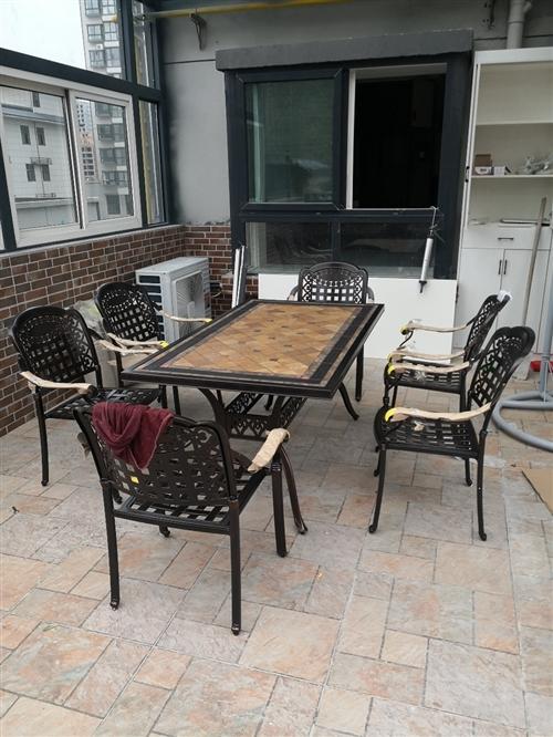 9.9成新户外铸铝桌椅,1.6米长,0.9米宽,0.73米高。由于使用不到,所以转让。夏季户外乘凉,...