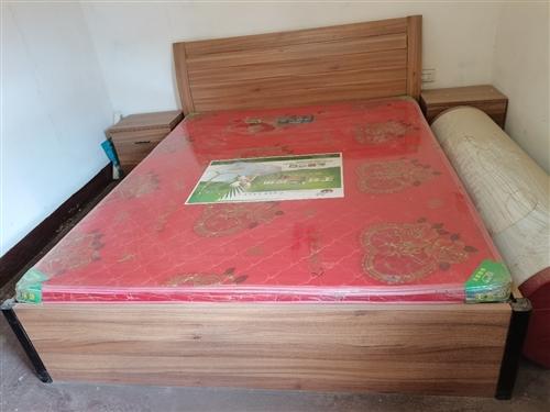 婚床2.2×1.8米,大衣柜高2.2米、宽1.6米,梳妆台配有梳妆凳。该套家具**,从未使用一天。完...