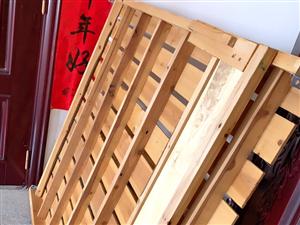 木板床两张,包含床垫,几乎**,自家用的。