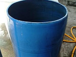 200升的大桶,可�b水或其他的,,非常�Y��可用一�子,8成新,可以看�