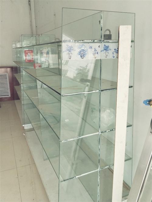 本人有双面玻璃双层架子。一个带柜子货架。一个焊接双人床出售。有需要的看货面议