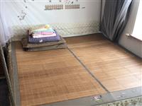 一米八乘两米,带床垫,床头和床体保护膜还没撕,床垫是十厘米的弹簧床垫,适合放在在出租房或者过渡期使用