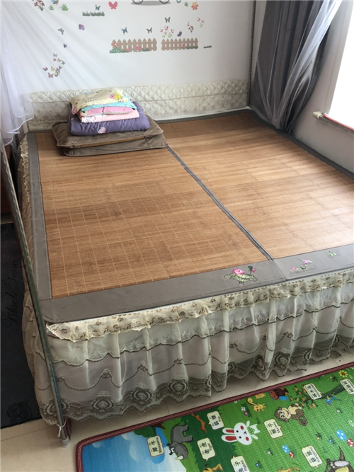 一米八乘兩米,帶床墊,床頭和床體保護膜還沒撕,床墊是十厘米的彈簧床墊,適合放在在出租房或者過渡期使用