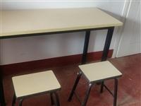 99新培训班桌椅板凳出售。白色20套 ,橘红色8套 (每套一张桌子两个板凳) 白色桌子: 长120...