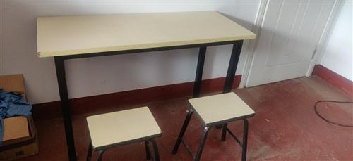 99新培訓班桌椅板凳出售。白色20套 ,橘紅色8套 (每套一張桌子兩個板凳) 白色桌子: 長120...
