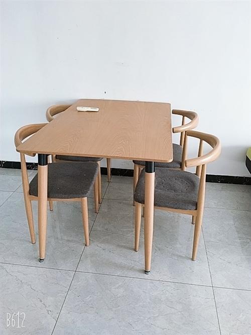 出售8成新餐桌+4把椅子,400/套,自取