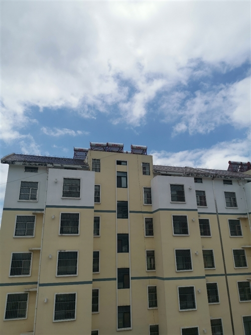 急售费县三和社区楼房一套,价格实惠可议,拎包入住。联系电话15006499355