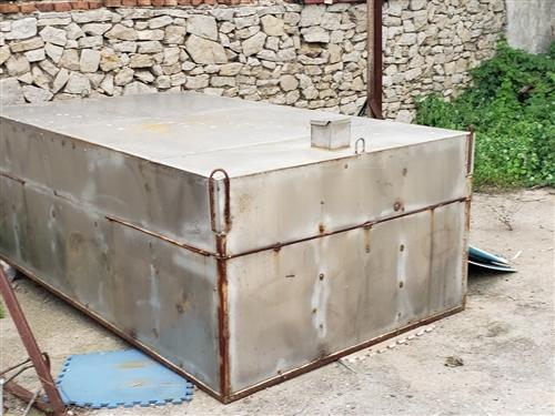 不锈钢蓄水罐。框架结构,拉水用的,长2.6 宽1.5  容量三方多,便宜处理 联系方式1519288...