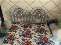 本人家中闲置铁架床 现想卖给有缘人 铁架床加床垫子 9成新 上门自取  价格可以再商量 如有中意的电...