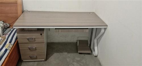 九成新时尚大写字桌用了不到两年,买时1000元现低价出售,长1200×宽800,联系电话:15309...