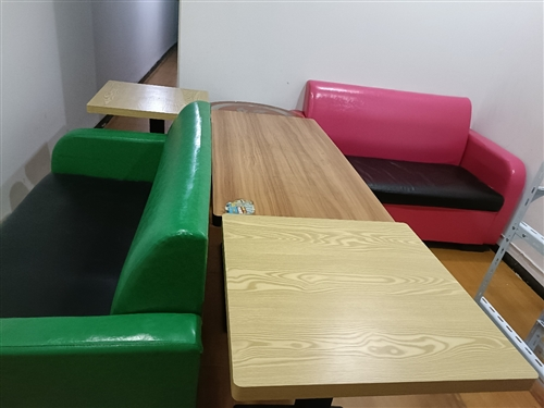 两张咖啡厅专用沙发+条桌一张,8成新。两张奶茶店方桌9成新。一个1.5*1.5米+1.5*1.8米货...