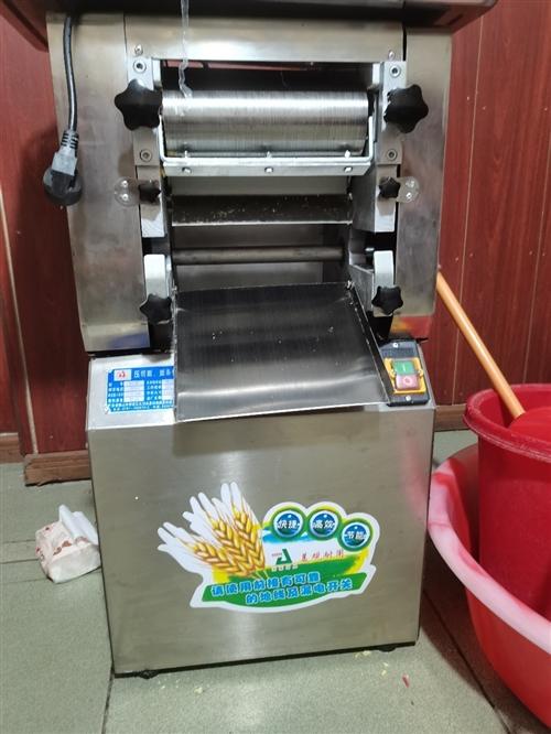 压面机、烤板栗饼机、带柜不锈钢操作台(定做的,材质厚),只用了两天(有收据、付款凭证)。也可单卖。...