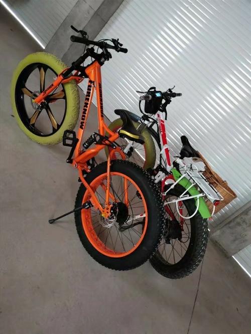 一辆橙色4.0宽胎自行车,前轮是一体轮,成色九成新,自行车价格700。  一辆红白折叠锂电电动宽...