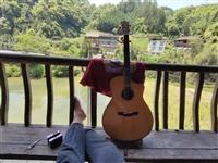 慢手吉他,原价两千五百多,声音很好,指弹,弹唱很清脆,需要的朋友可加我V谈,也可以面谈,价格好说