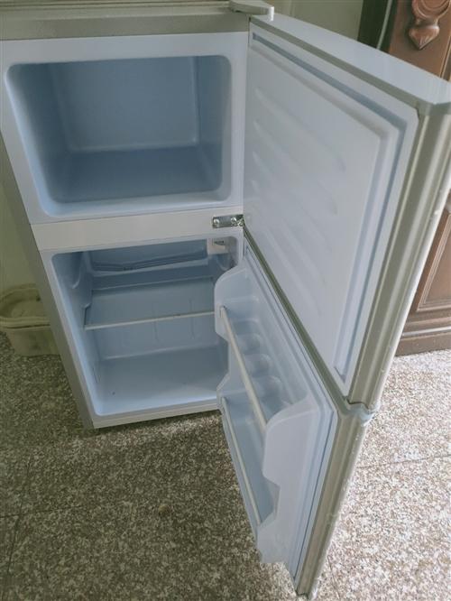 出售9成新小冰箱一台,230元,买来就用过两三次。